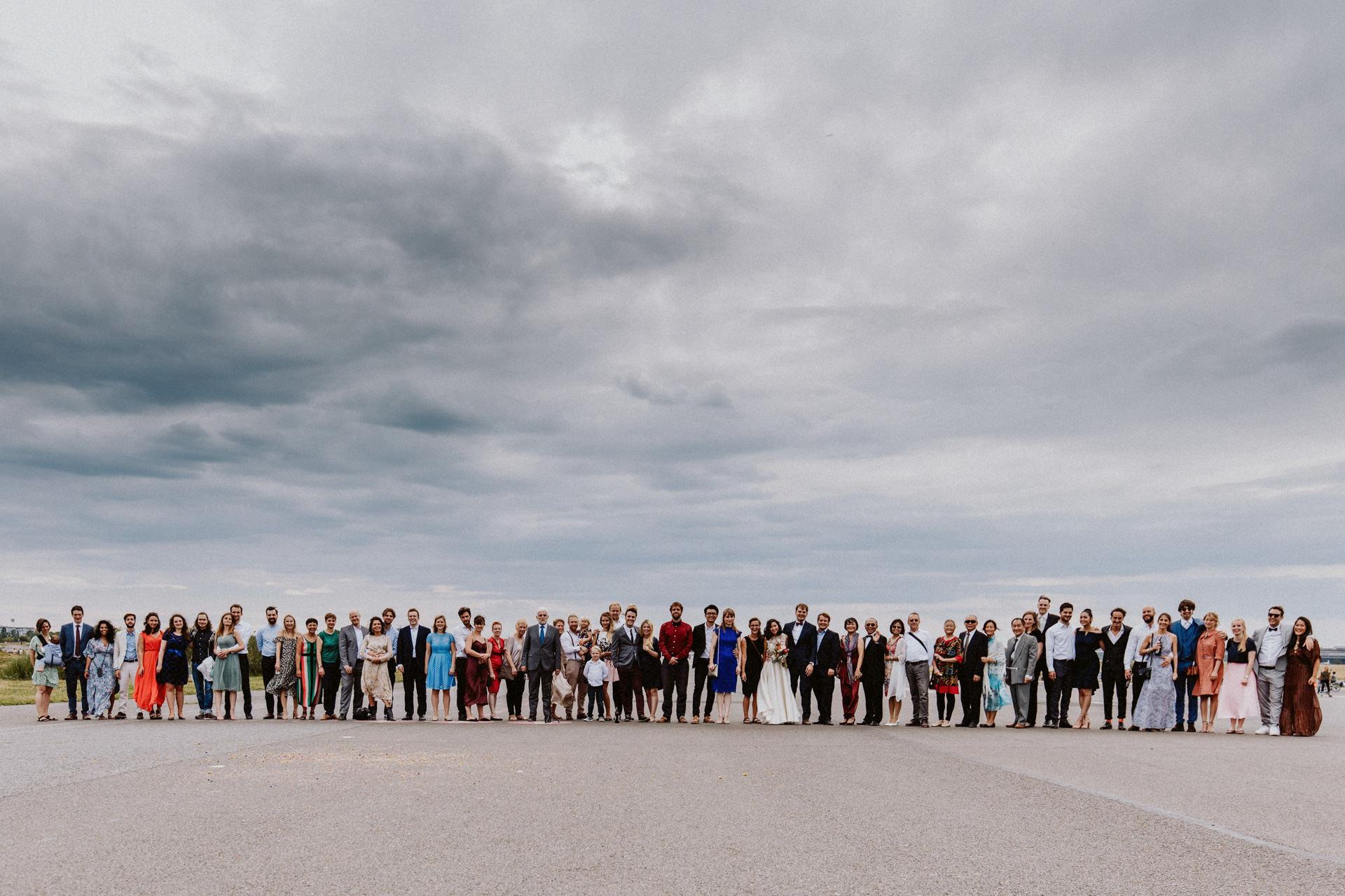 hochzeit berlin gruppenfoto tempelhofer feld heiraten