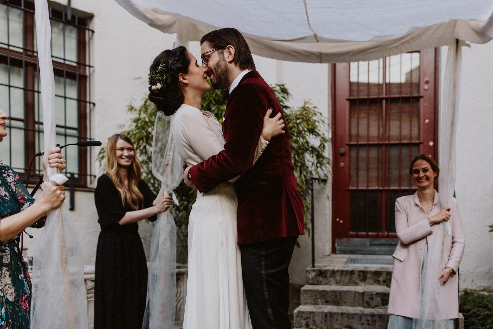 kuss brautpaar heiraten