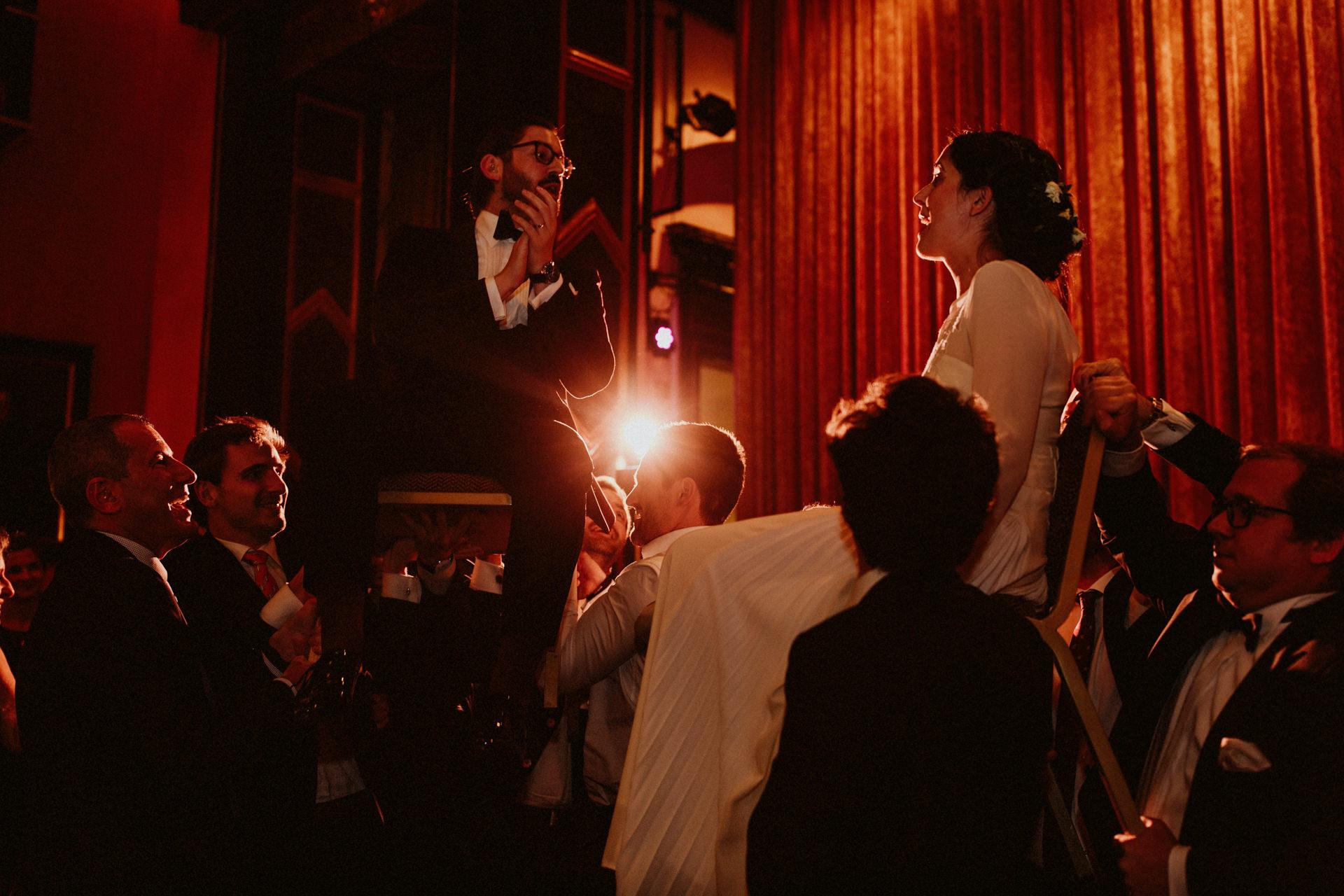hochzeit party stühle hochheben jüdische tradition